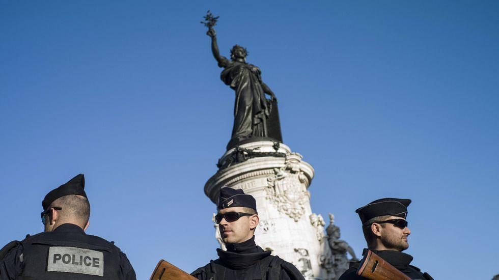 Policía armada en la plaza de la República en París