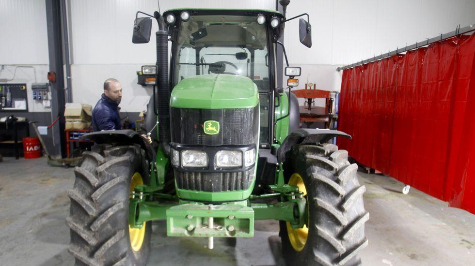 El tractor recuperado, ya dentro de la nave de Agrícola Pérez