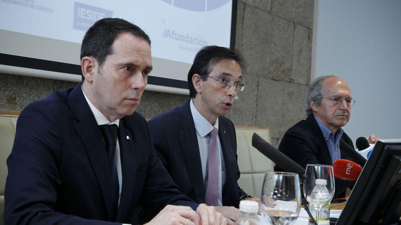 .Ferro, de Abanca; Otero, de Afundación; y el coordinador del informe, Alberto Meixide