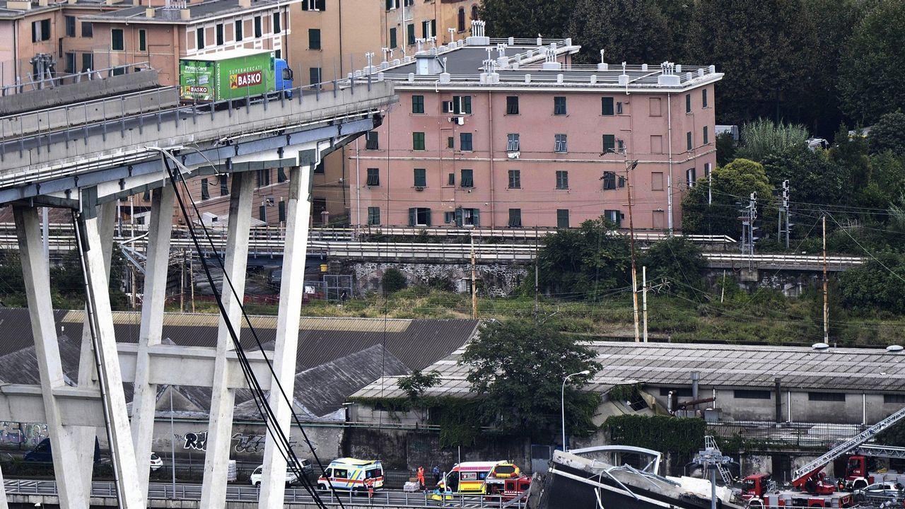 Un camión permanece al borde del viaducto derrumbado en Génova (Italia). Al menos 22 personas han muerto y cinco han resultado heridas graves como consecuencia del suceso, según fuentes del Ministerio del Interior italiano.