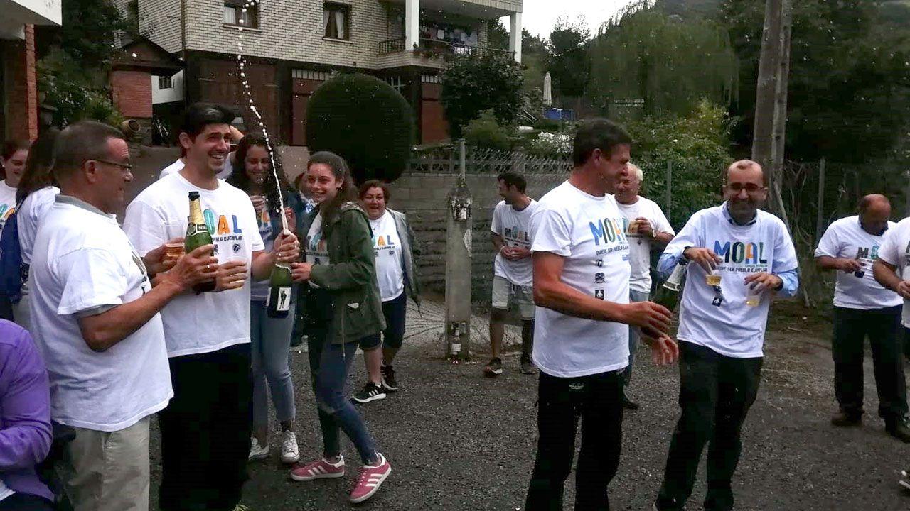 Moal festeja su designación como Pueblo Ejemplar de Asturias 2018.Organizadores, autoridades y patrocinadores junto a Daniel Alonso y el vehículo con el que ganó hace ahora 25 años el Rally Princesa de Asturias