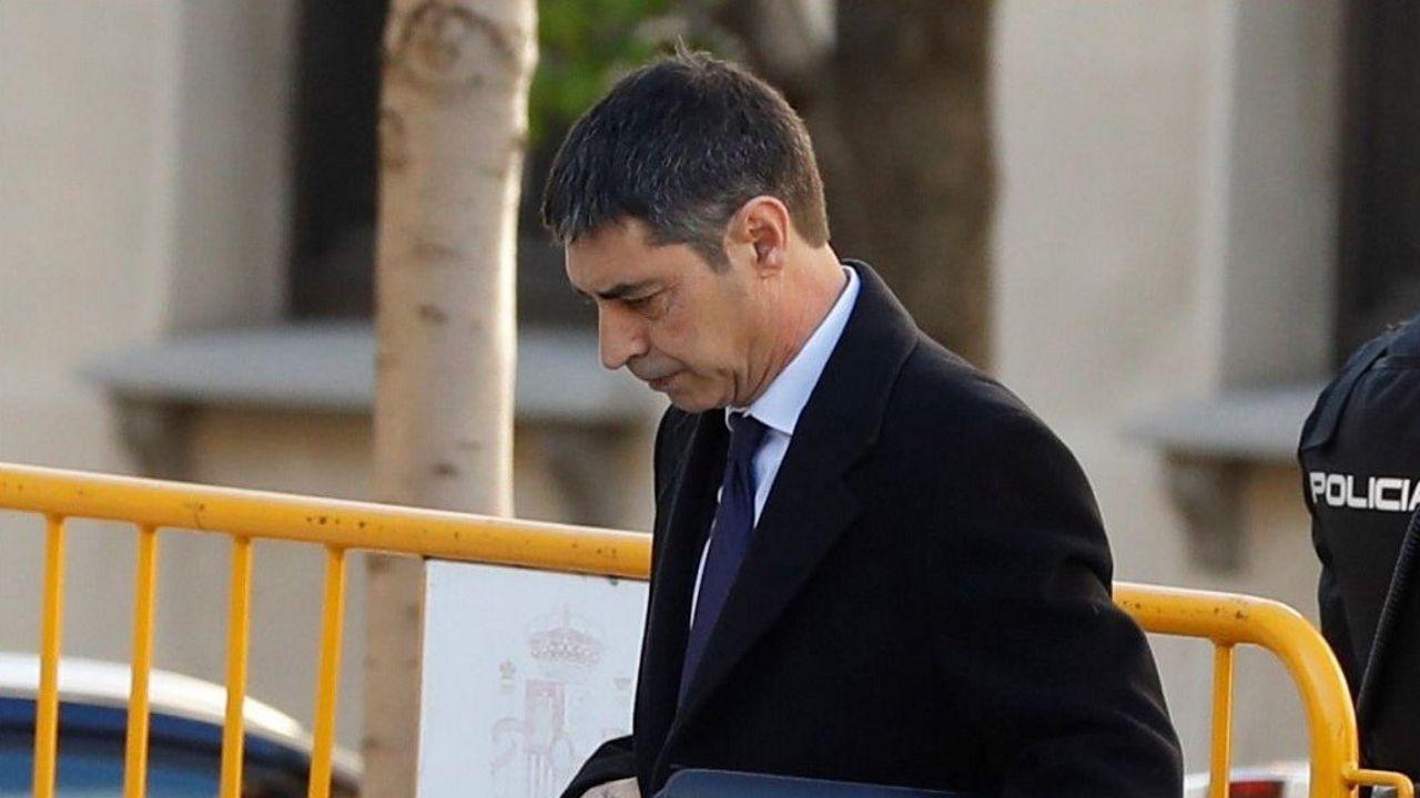 Uno de los detenidos en una operación en Mataró contra una célula yihadista que se dedicaba a captar personas en Barcelona y Tarragona es trasladado por unos agentes policiales