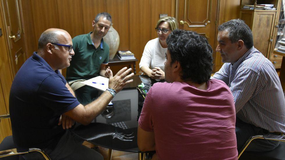 Francisco Conde: «Galicia tiene que ser atractiva para invertir, pero no a cualquier precio».Cristina Teiejeiro (en el centro) dirigirá el nuevo coro y Graciela Galdo y Olga Vigo (a ambos lados) la apoyarán en la parte de técnica vocal y expresión corporal