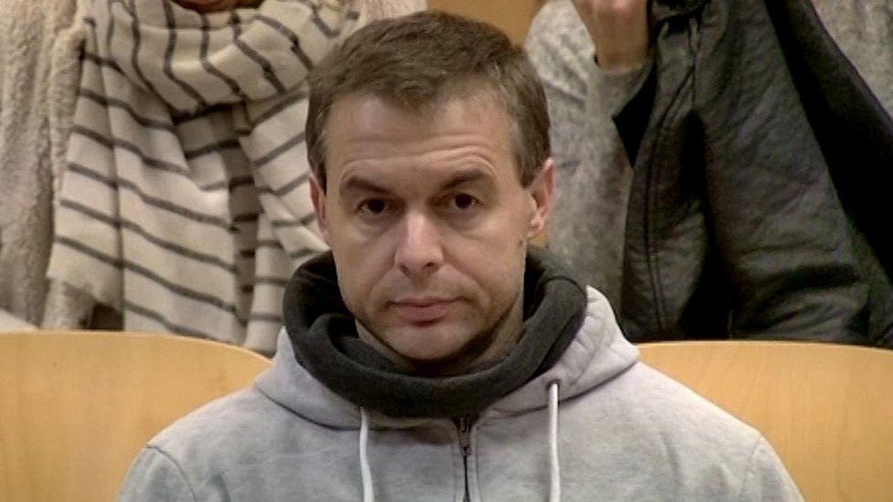 El presunto pederasta de Ciudad Lineal defiende su inocencia.El padre Román, a su llegada a la Audiencia Provincial de Granada