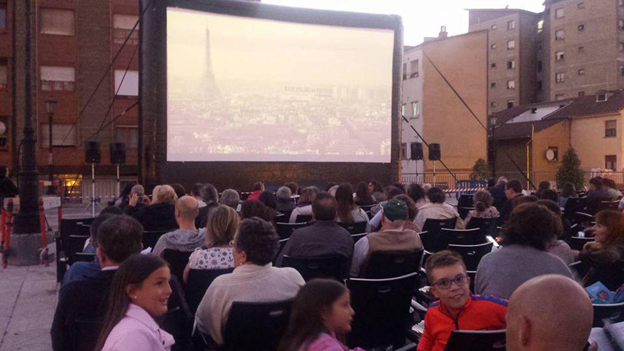 Las plazas asturianas, a reventar en el 8-M.Ciclo de cine a la luz de la luna en Oviedo