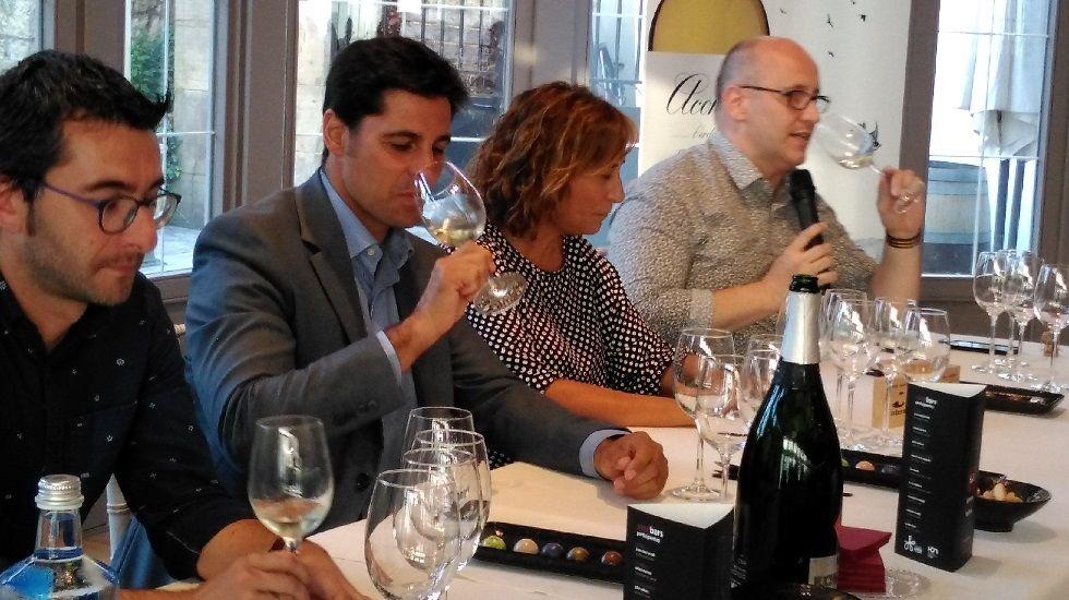 Francisco Rivera cata un vino.Francisco Rivera cata un vino