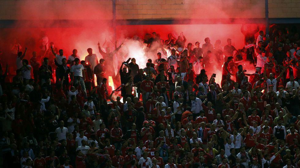 Bengalas lanzadas en el Vicente Calderón por seguidores del Benfica portugués