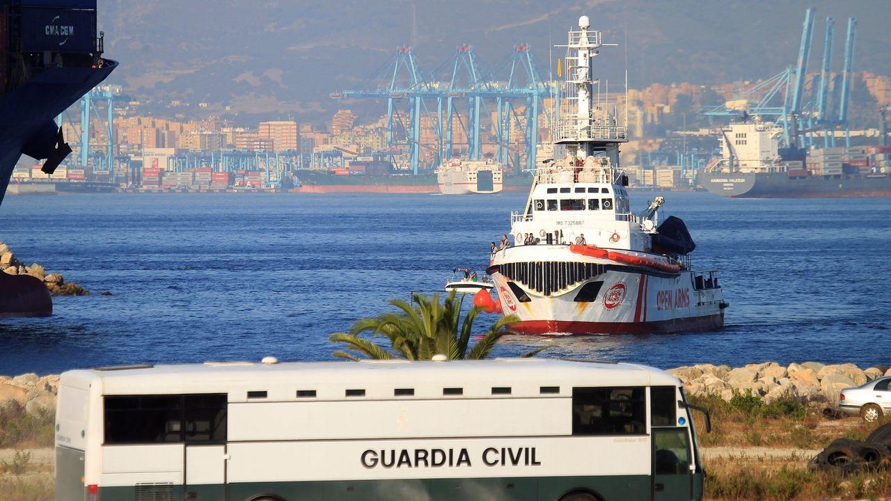 El buque Open Arms a su llegada hoy al muelle de San Roque (Cádiz), donde han desembarcado 87 personas rescatadas en las costas de Libia, en la cuarta operación en la que un buque de una ONG llega a España con inmigrantes del Mediterráneo Central rechazados por Italia
