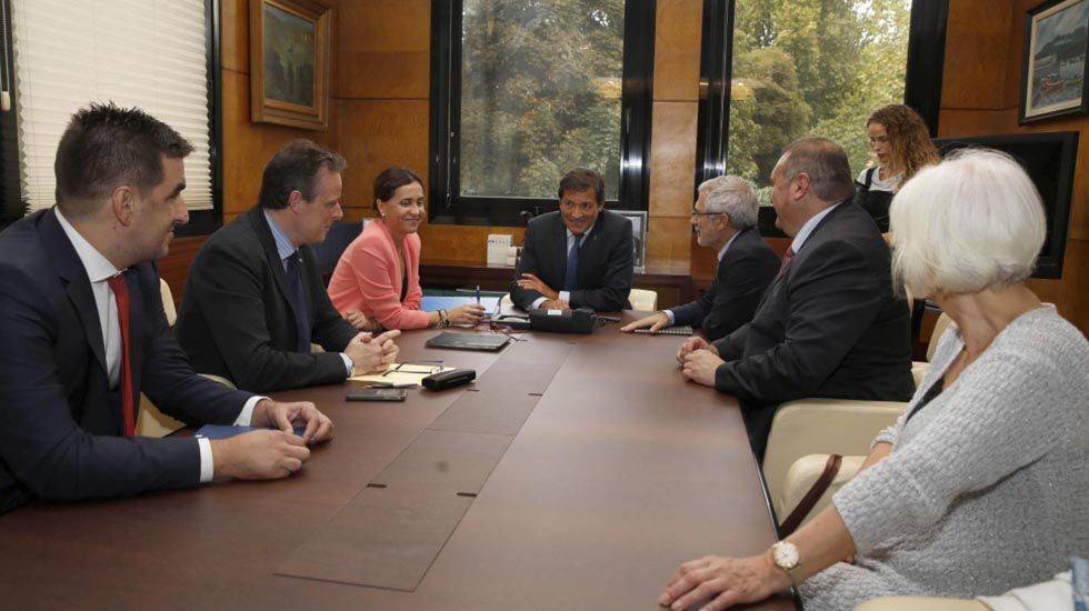 El alcalde de Siero, Ángel García «Cepi», en la sede del PSOE.Primera reunión de responsables de IU con el Gobierno sobre el presupuesto