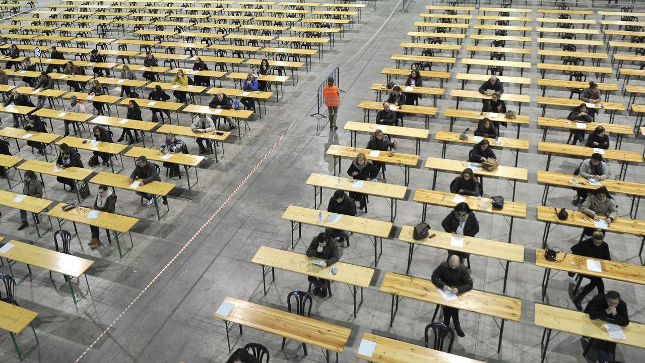 Candidatos realizando un examen de oposición en Lalín