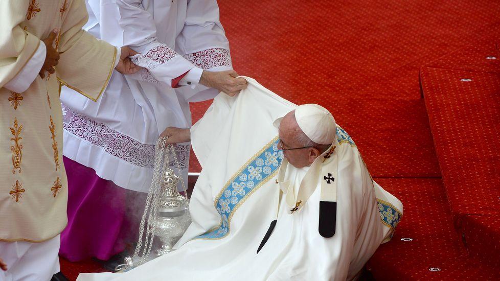 El Papa se cae durante la misa de las Jornadas de la Juventud