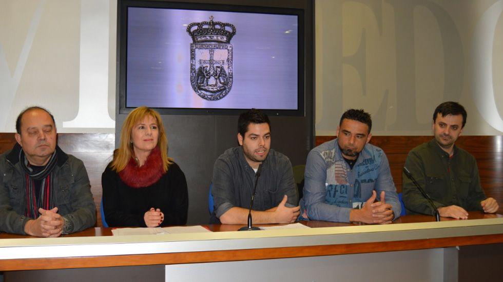 Rubén Rosón se dirige a Agustín Iglesias Caunedo, al término de un pleno de Oviedo.Nueva oficina de recaudación del Ayuntamiento de Oviedo