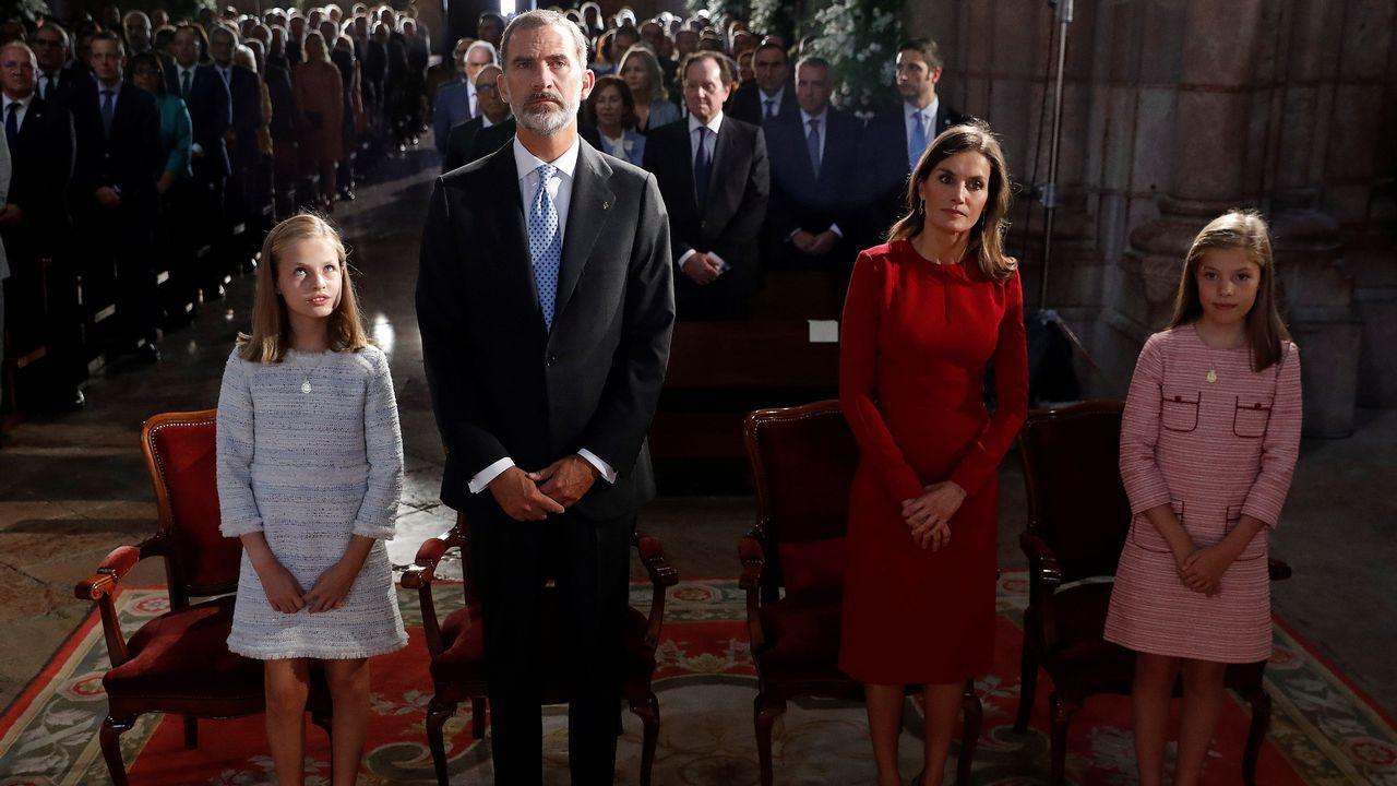 Los reyes Felipe y Letizia, la princesa Leonor (i) y la infanta Sofía (d) asisten en la Basílica de Covadonga a una misa solemne oficiada por el arzobispo de Oviedo para conmemorar el primer Centenario de la Coronación de la Virgen de Covadonga y del Parque Nacional de la Montaña de Covadonga