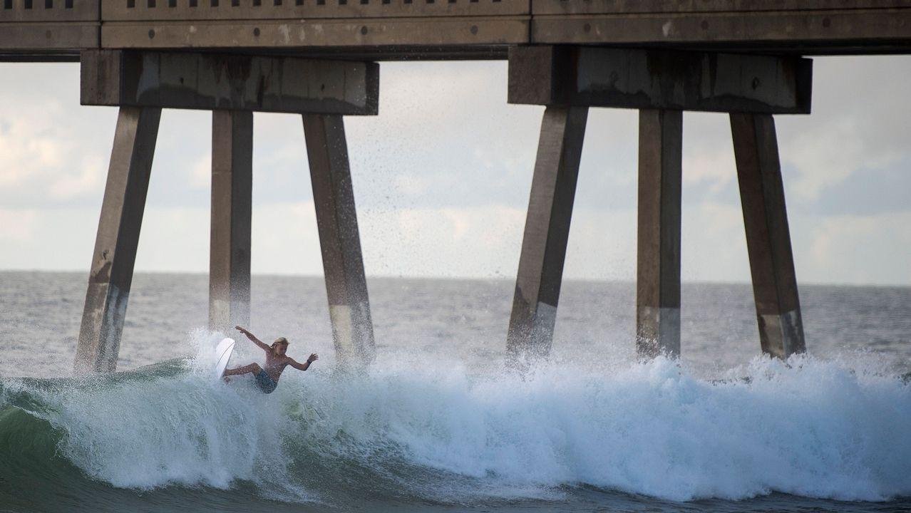 Un surfista coge una ola en una playa de Estados Unidos.
