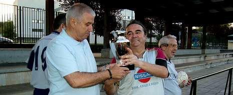 Rosalía Mera, una vida en imágenes.Germán Gamallo, del equipo del INSS, entrega el trofeo Perpetuo Socorro, al portero de O Chopo.
