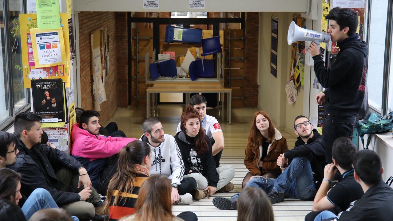 Arranca el encierro de los alumnos de Políticas.Rebelo de Sousa llega con un clavel a la sesión del Parlamento con motivo del aniversario