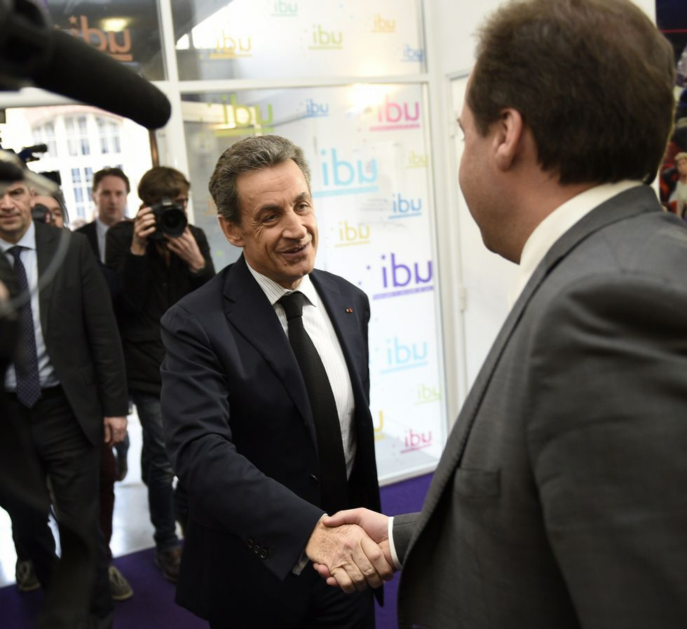 Sarkozy saluda al líder de sus socios centristas de la UDI.