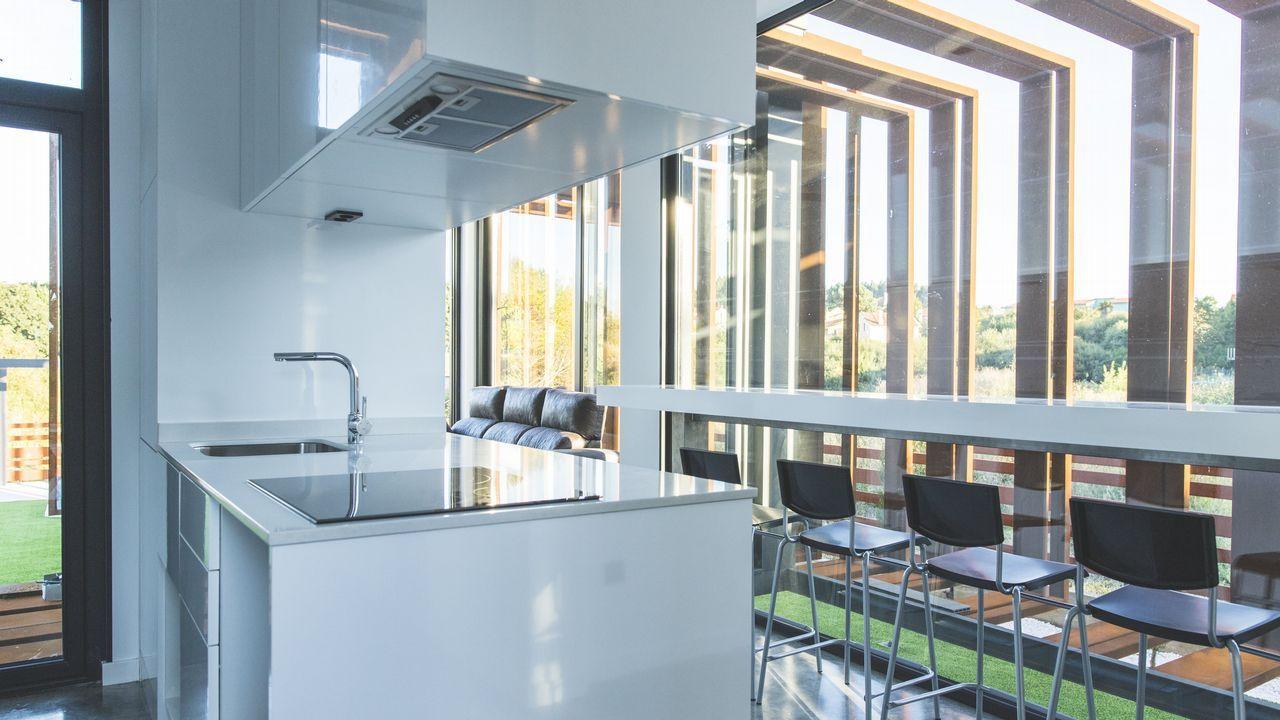 La casa de Mugardos, caracterizada por una gran luminosidad, tiene una superficie de 65 metros cuadrados y cuenta con dos habitaciones, un salón-cocina corrido y un cuarto de baño.