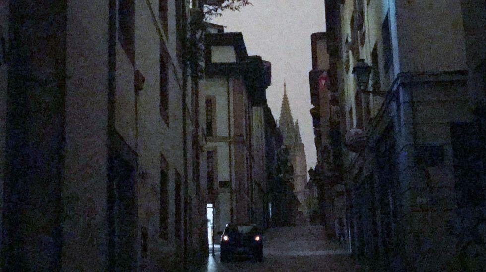 Las audiencias de los Reyes.La calle Mon, con la catedral de fondo