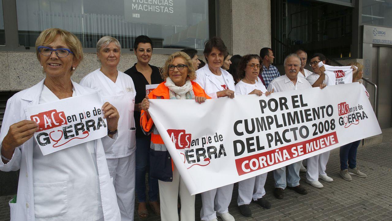 Concentración de trabajadores y pacientes del PAC en la Casa del Mar, en A Coruña