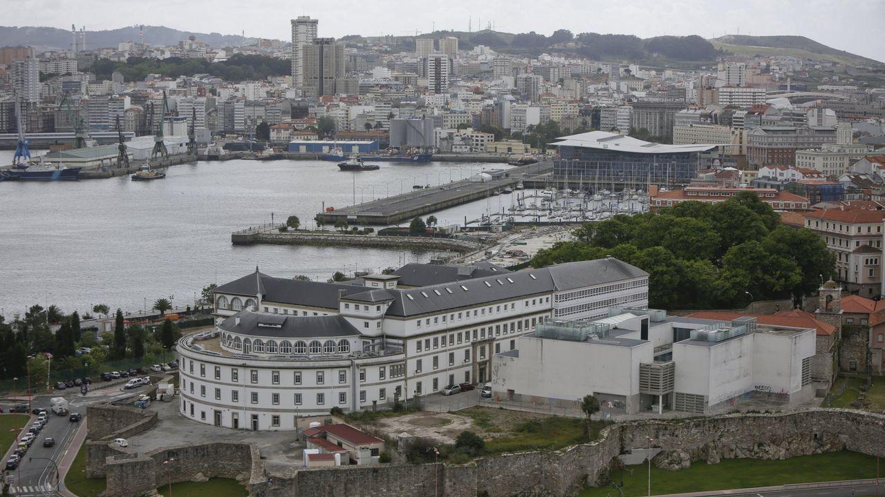 La Marina se deteriora sin plan de futuro.Vista del muelle coruñés de Calvo Sotelo