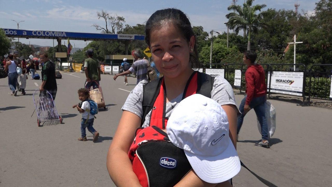 La PAH paraliza un desahucio en Oviedo.«Los niños se me enferman y tuve que escapar de Venezuela», declara a La Voz Anise Rivera