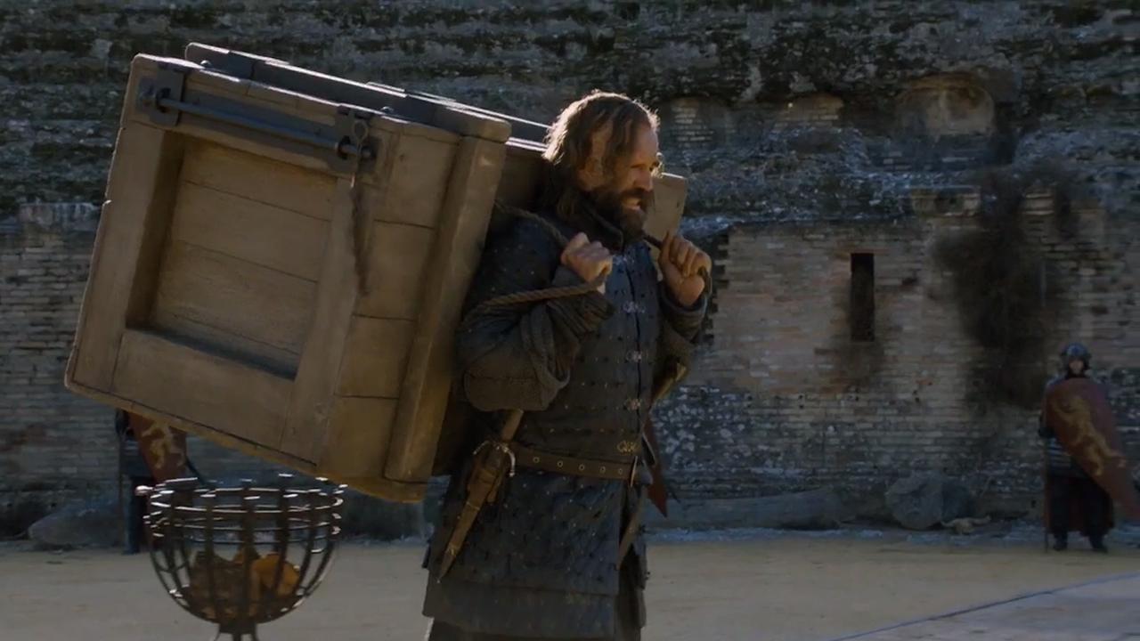 .Sandor porta la caja con el espectro capturado más allá del Muro