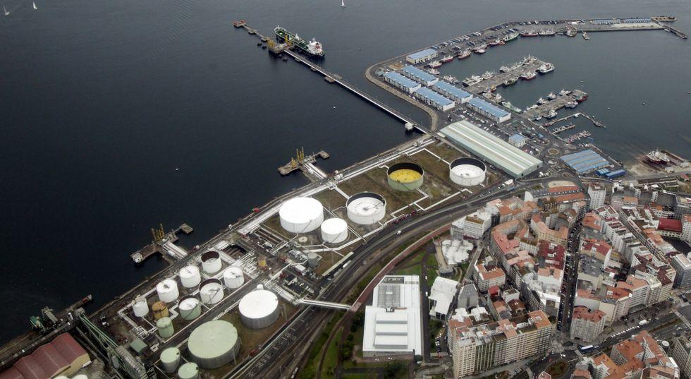 El muelle petrolero es uno de los terrenos afectados por los convenios del 2004.