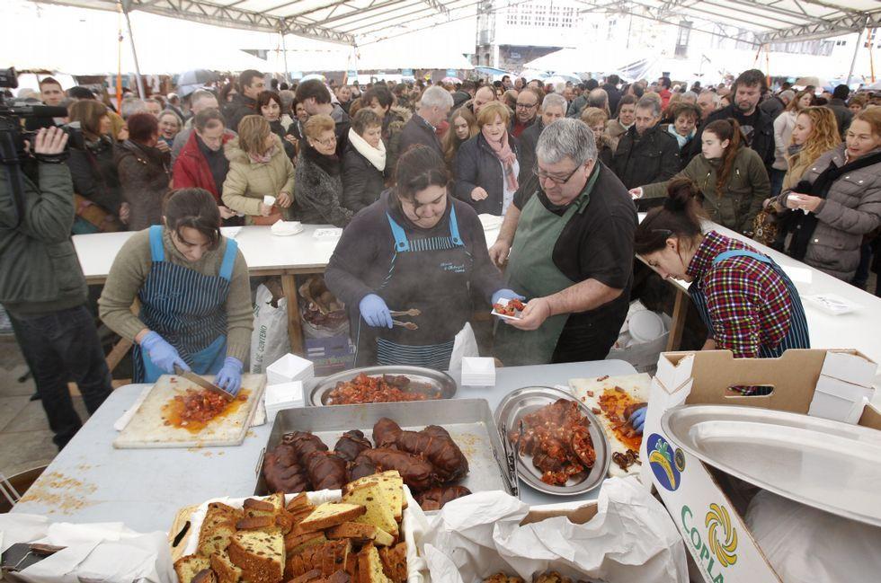 Navia de Suarna registró un abarrote total de personas ávidas de saborear la androlla, producto del que se vendieron más de seis mil kilos. Acudió Besteiro a la fiesta