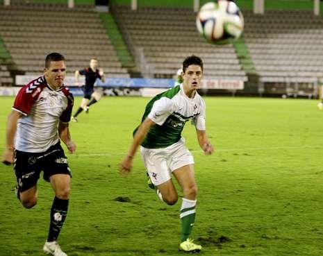 Dalmau pelea por un balón con el ex racinguista José Manuel Pérez.