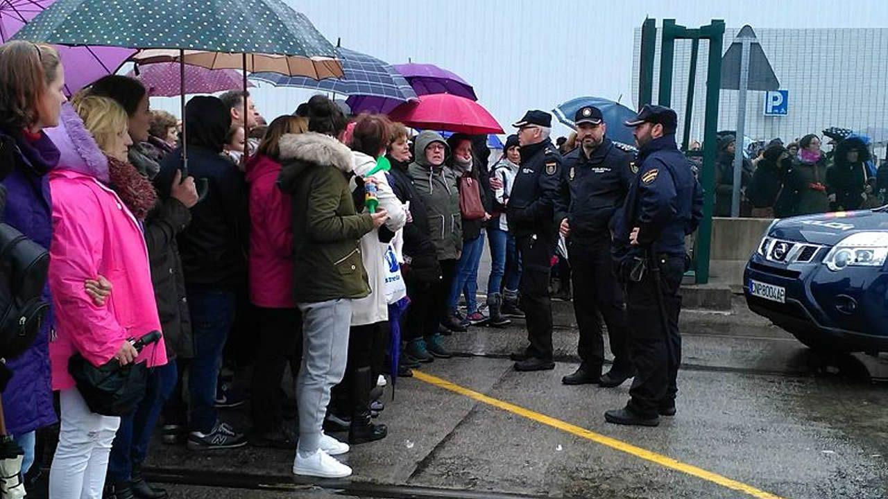Tensión por la intervención policial ante la nave de Cabomar en Marín.Trabajadoras concentradas este miércoles en la puerta de Cabomar, tras las protestas