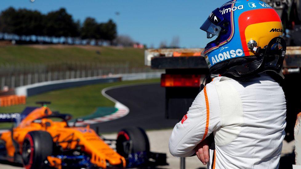 .El piloto español de McLaren, Fernando Alonso, junto a su monoplaza tras salirse de la pista durante la segunda jornada de la segunda tanda de entrenamientos oficiales de pretemporada de formula uno