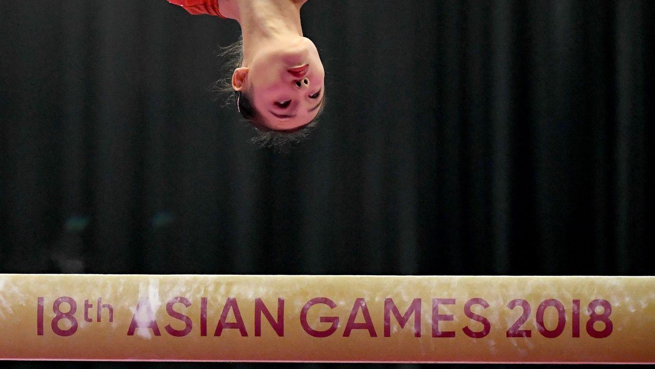 La japonesa Shiho Nakaji participa en la prueba final de gimnasia artística en los Juegos Asiáticos.