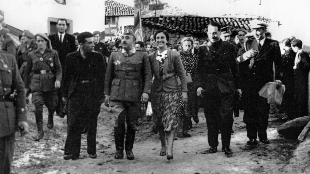 Los gallegos salen a la calle para reclamar mejores salarios y pensiones.Llamazares, en un mitin junto a Daniel Ripa y Alberto Garzón, en Gijón