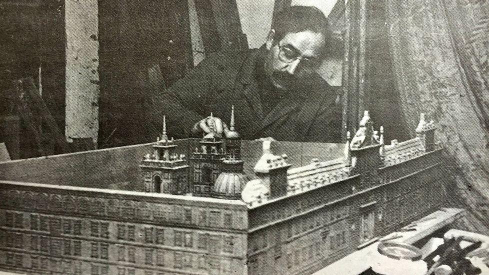 José Luis Iglesias, vecino de Monforte, realiza una maqueta del colegio en una foto de 1991
