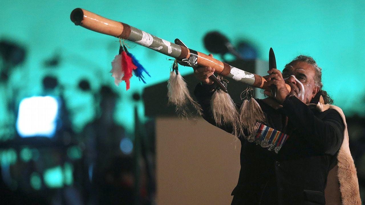 .Un aborigen australiano realiza una actuación durante el centenario de Anzac, fiesta nacional de Australia y Nueva Zelanda