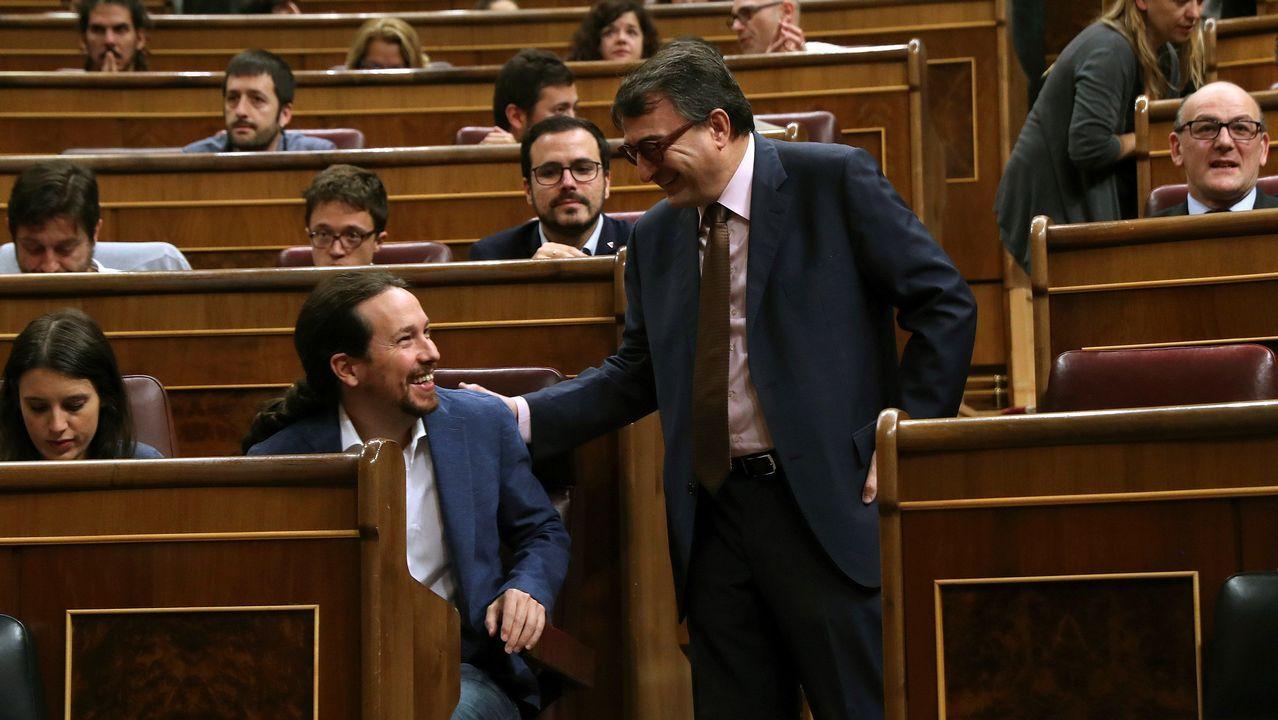 El portavoz del PNV, Aitor Esteban, saluda al líder de Podemos, Pablo Iglesias.