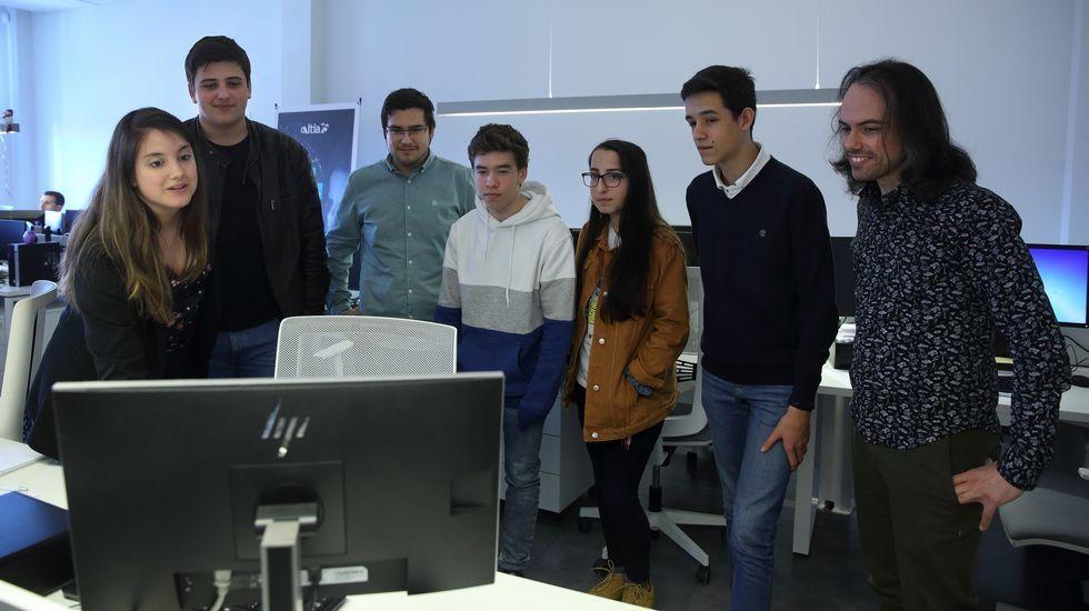 alba.Diego (segundo por la izquierda), Javier (de sudadera blanca y azul) y Erika, a su lado, escuchan las explicaciones de Eva Romero, desarrolladora de Altia, sobre el trabajo en la empresa