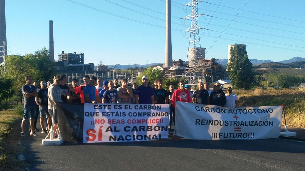 Camiones.Protesta de los trabajadores de la empresa Asturleonesa en la central berciana de Compostilla