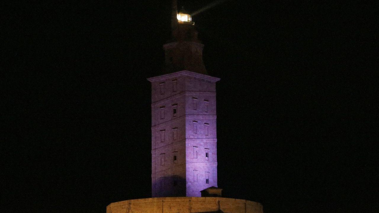 Reimplanta al límite la mano derecha de un marine.La Torre de Hércules iluminada de morado por el Día Mundial del Lupus