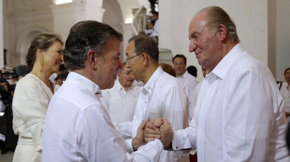 El rey emérito de España, Juan Carlos I, saludando al presidente colombiano Juan Manuel Santos.
