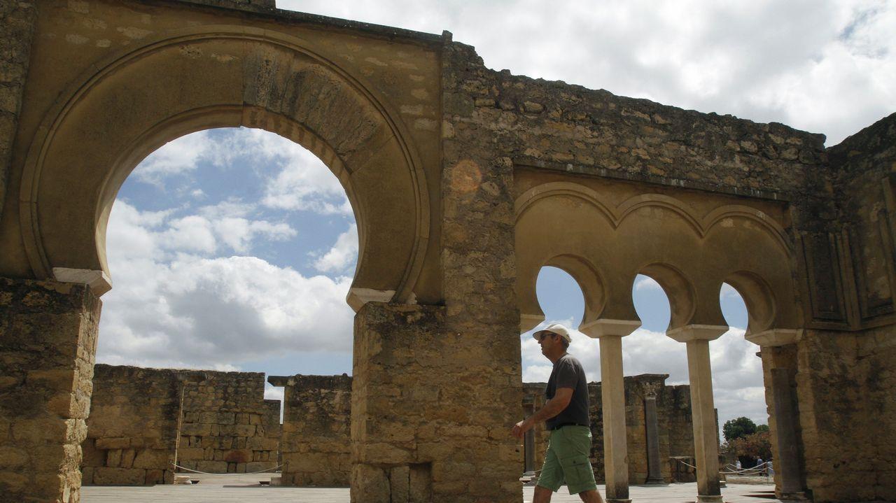 Aceras encogidas por la maleza.Catedral de San Salvador de Oviedo