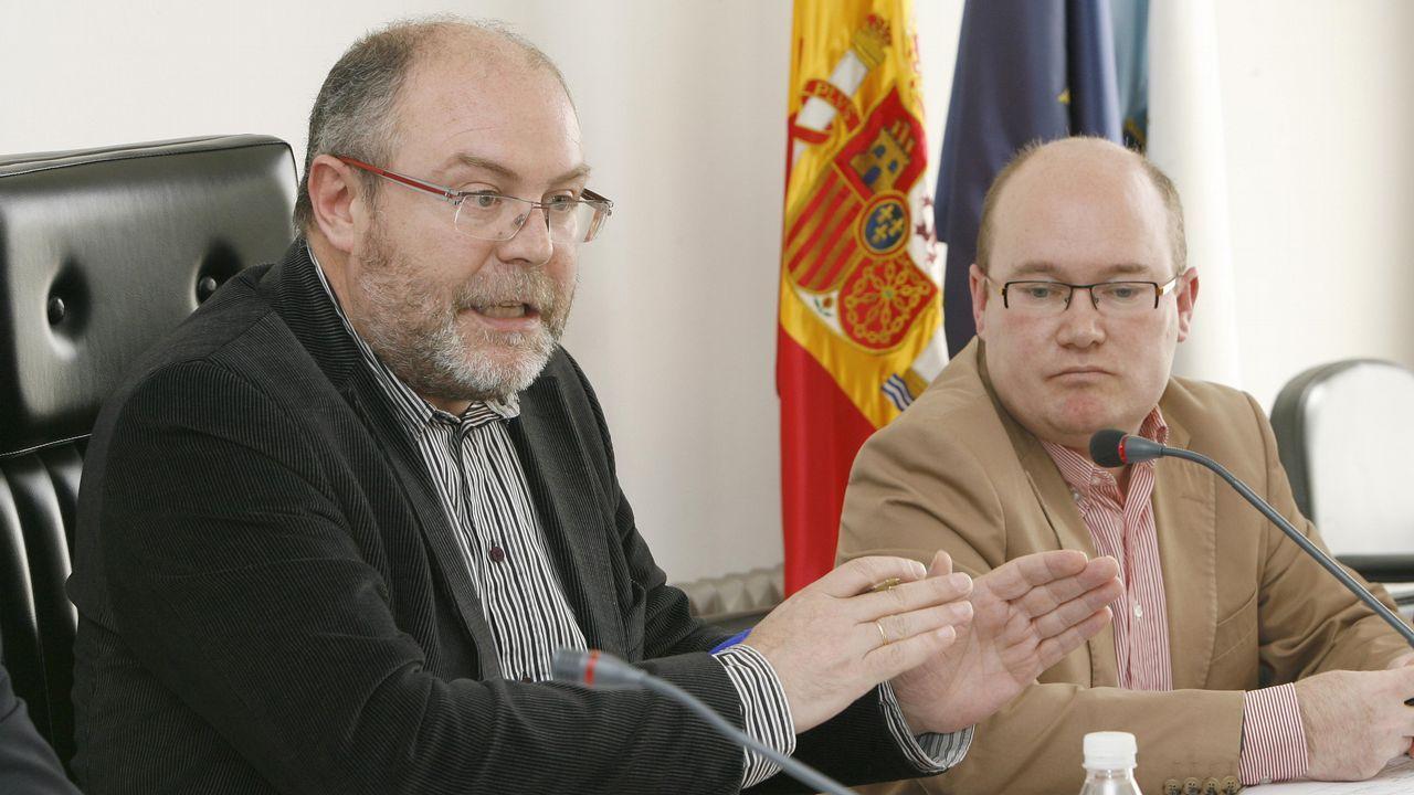 Búscate nas mobilizacións polo Día da Muller na Costa da Morte!.El alcalde, Manuel Antelo (izquierda), junto a Fernando Mancebo