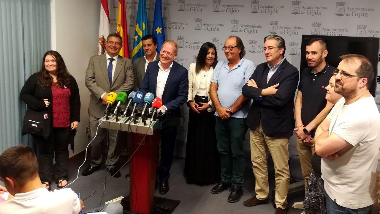 Aurelio Martín, en el centro, recibe el apoyo de los grupos municipales y Observatorio contra la Violencia ante la denuncia de un ultra sportingusta