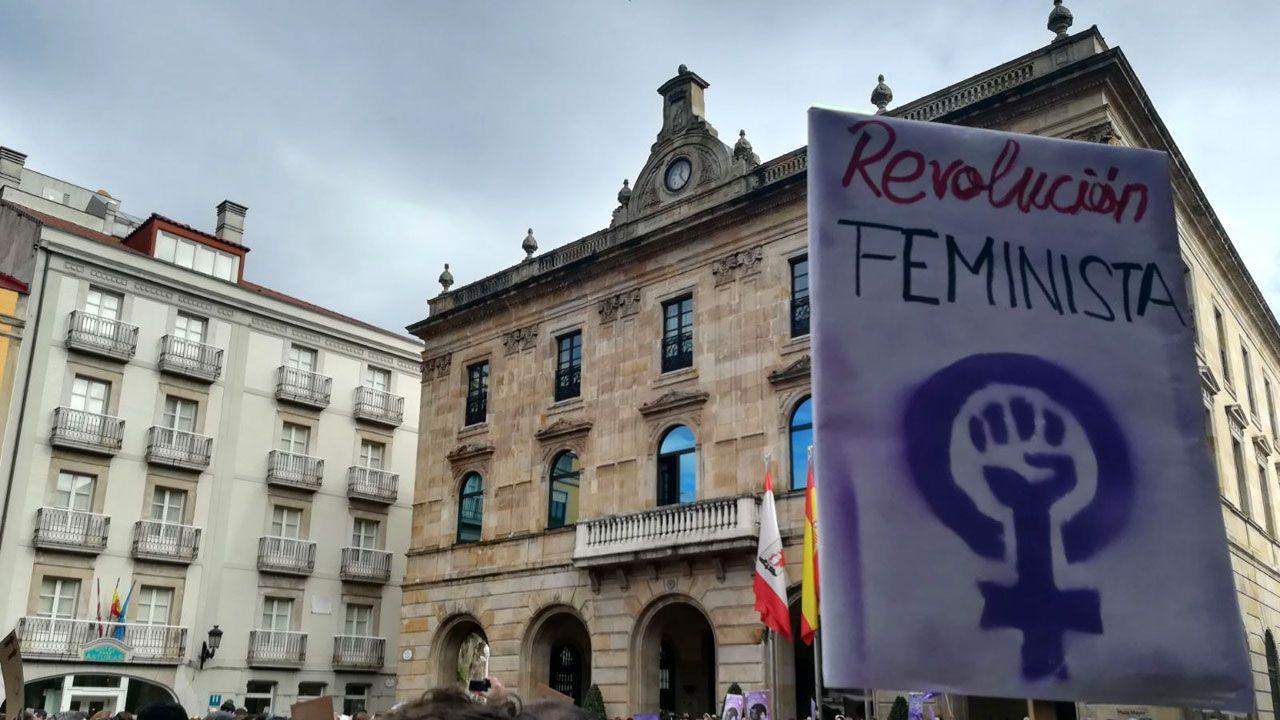 .Concentración feminista ante el Ayuntamiento de Gijón