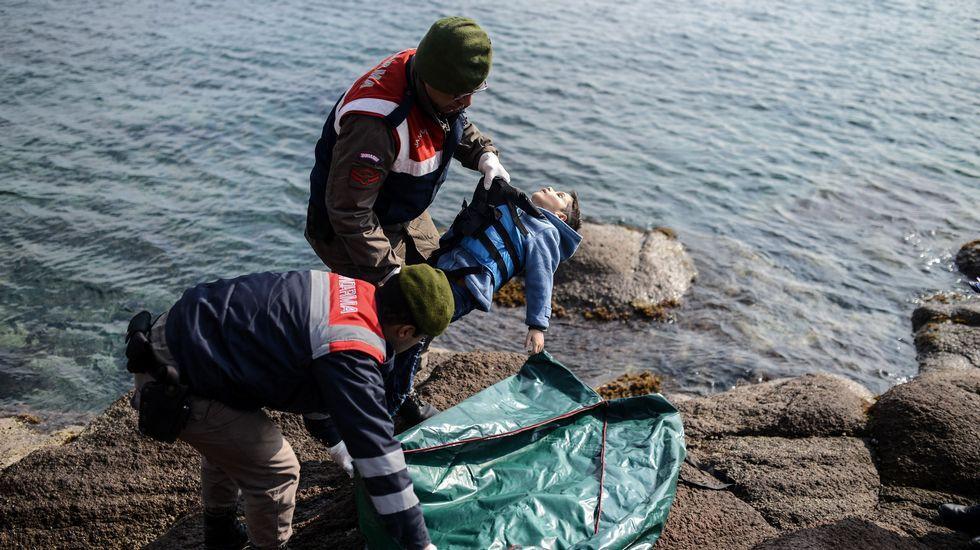 El naufragio en el mar Egeo, en imágenes