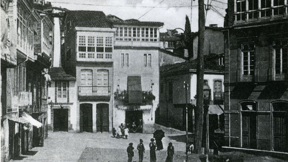 Imagen del Cantón de Bailén, actual plaza de Doctor Goyanes, en 1905. A la derecha, el hotel Comercio