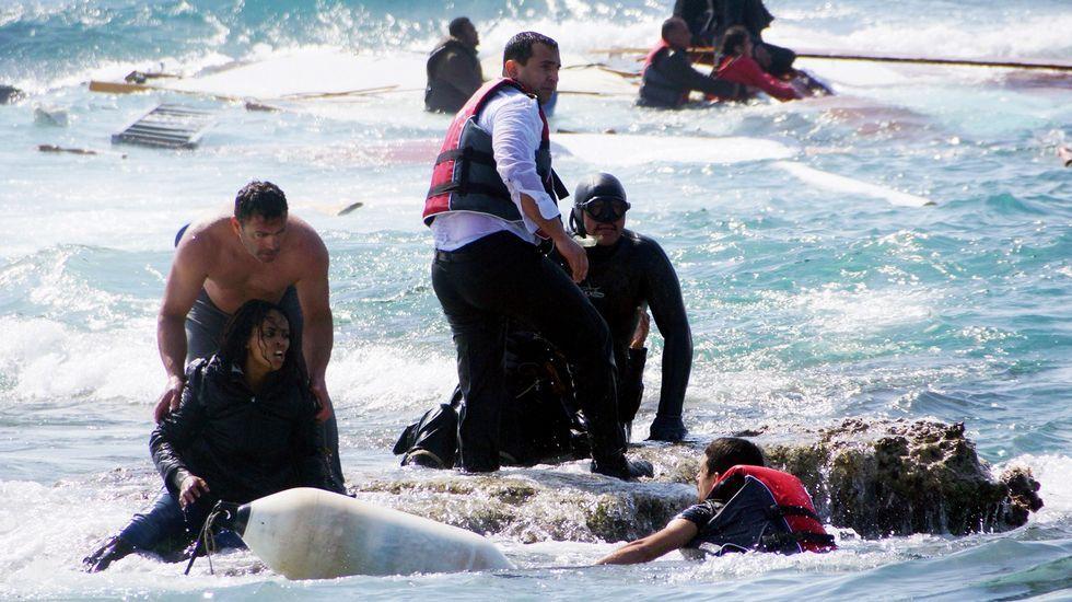 Nepal, devastado por un seísmo.Un policía controla la multitud que intenta agredir a un sospechoso de estar involucrado en el ataque al hotel Riu en Port el Kantaui en la costa tunecina.