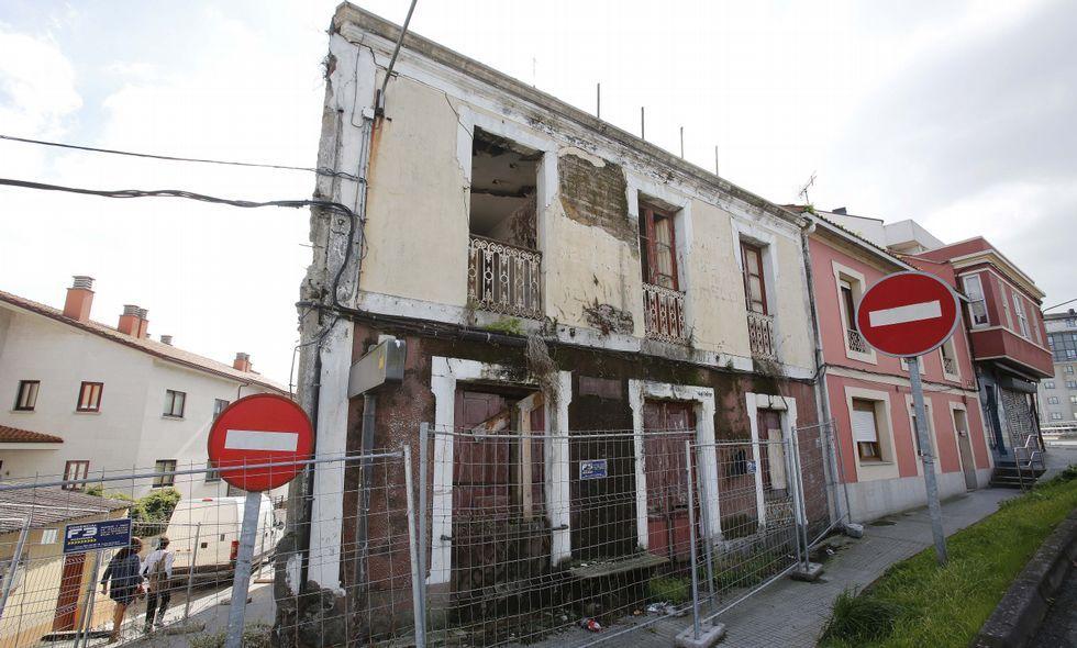 El inmueble está ubicado en la esquina de Salvador de Madariaga con la calle Lameiro.