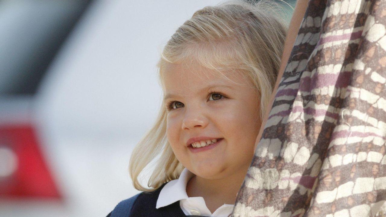 .La infanta Sofía sonríe a su llegada al colegio Santa María de los Rosales, en el madrileño barrio de Aravaca, con motivo del inicio del curso escolar en septiembre de 2010
